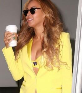 Бейонсе в желтом и скофе